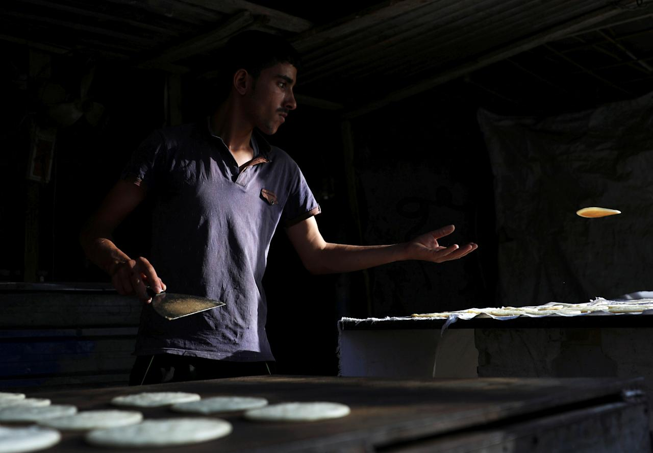 A man prepares traditional sweets for sell during the holy fasting month of Ramadan at a shop in Zaizon camp in Daraa, Syria May 23, 2018. REUTERS/Alaa al-Faqir     TPX IMAGES OF THE DAY