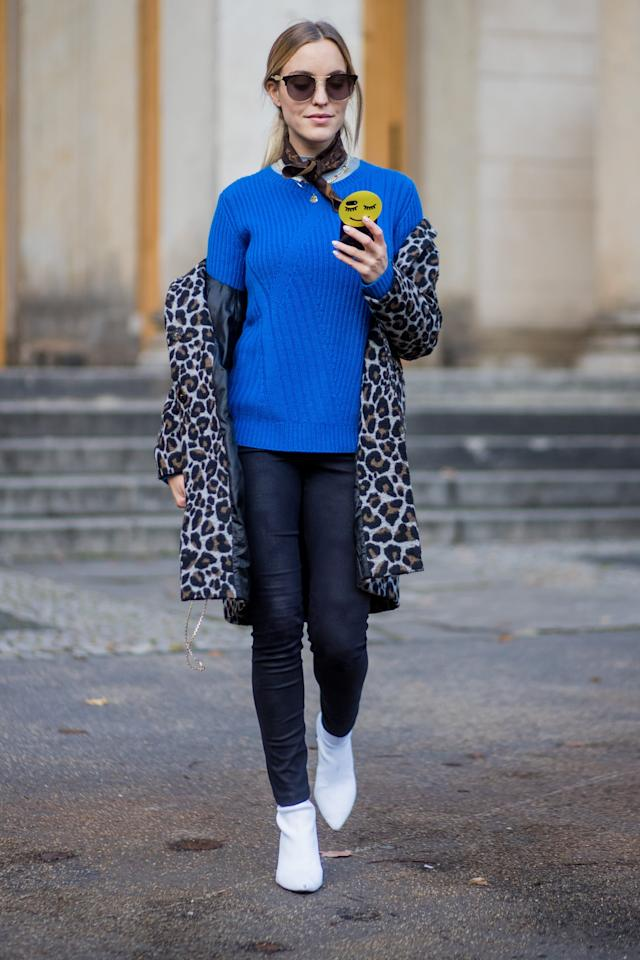 <p>Keep it bold by pairing your skinny jeans with a bright blue sweater and leopard coat for colder days.	</p>