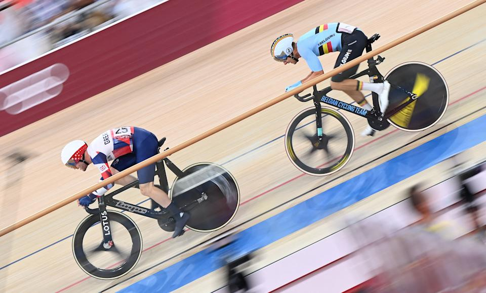 TOPSHOT - Britain's Matthew Walls (L) and Belgium's Kenny de Ketele compete in the men's track cycling omnium points race during the Tokyo 2020 Olympic Games at Izu Velodrome in Izu, Japan, on August 5, 2021. / AFP / Peter PARKS