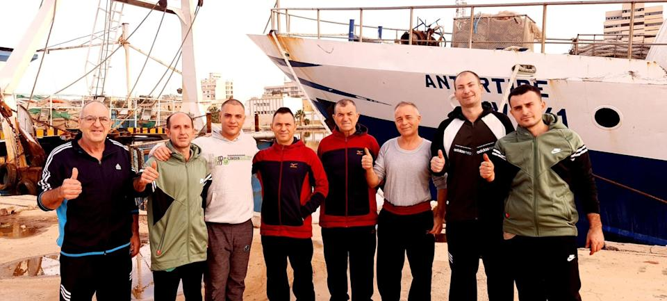 Italian fishermen detained in Libya released in the morning pose in front of their fishing boat in Benghazi, Libya, December 17, 2020. ANSA (Photo: ANSA)