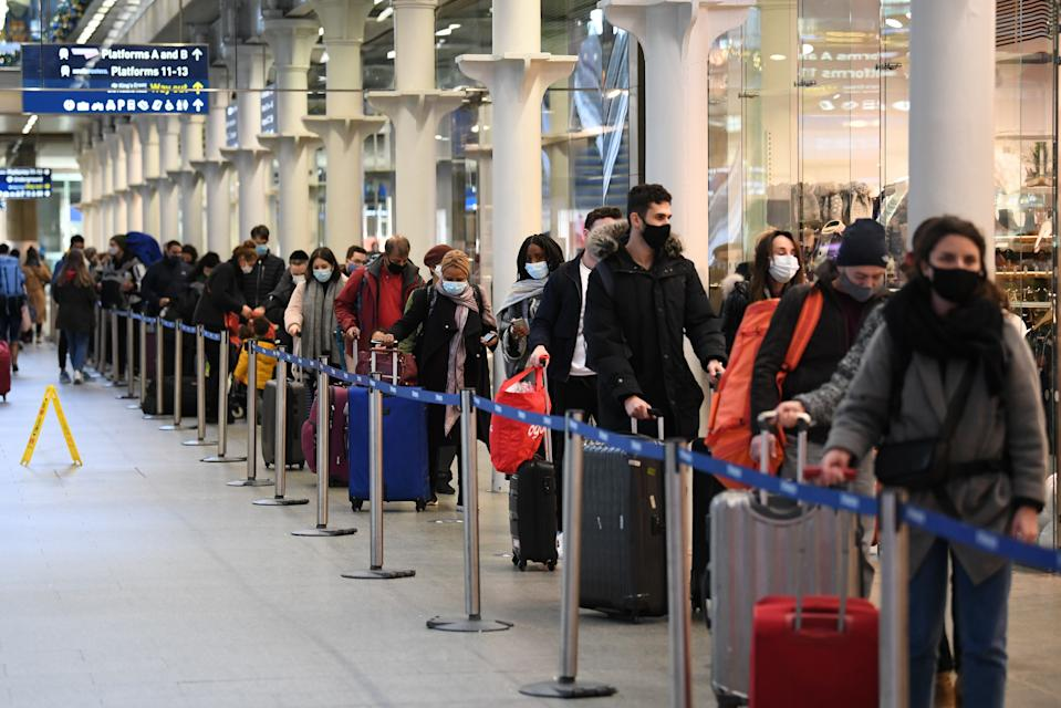 Largas colas en la estación de St Pancras de Londres. Tas las restricciones se ha producido un éxodo de personas intentando salir de la capital. (Photo by Stefan Rousseau/PA Images via Getty Images)