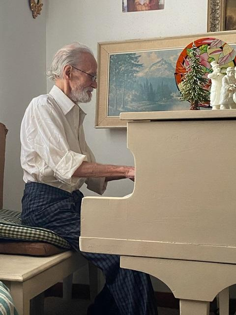 Concert pianist Zyggy Szymczak, 87, plays the baby grand piano at his current mobile home. Money is being raised to purchase and move him into a new trailer in North Port. (Justin Cody Willis)