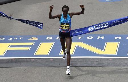 Edna Kiplagat, of Kenya, crosses the finish line to win the women's division of the 121st Boston Marathon in Boston, Massachusetts, U.S., April 17, 2017.   REUTERS/Gretchen Ertl
