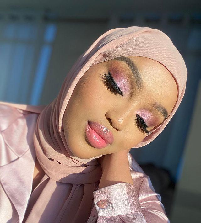 "<p>After you pin this pretty pink makeup look, go ahead and scroll through all of Osob's other <strong>awe-inspiring looks</strong> on IG. Then, open up that <a href=""https://www.youtube.com/channel/UCd_rM4DPDJQ7iKIqszyQlYg"" rel=""nofollow noopener"" target=""_blank"" data-ylk=""slk:YouTube"" class=""link rapid-noclick-resp"">YouTube</a> app and start binge-watching all the beauty influencer's videos on topics like <a href=""https://www.cosmopolitan.com/style-beauty/beauty/g15773998/best-drugstore-makeup-brands-products/"" rel=""nofollow noopener"" target=""_blank"" data-ylk=""slk:drugstore makeup"" class=""link rapid-noclick-resp"">drugstore makeup</a> and <a href=""https://www.cosmopolitan.com/style-beauty/beauty/g26477382/best-perfumes/"" rel=""nofollow noopener"" target=""_blank"" data-ylk=""slk:best perfumes"" class=""link rapid-noclick-resp"">best perfumes</a>.</p><p><a href=""https://www.instagram.com/p/CD17DbzpNdM/?utm_source=ig_embed&utm_campaign=loading"" rel=""nofollow noopener"" target=""_blank"" data-ylk=""slk:See the original post on Instagram"" class=""link rapid-noclick-resp"">See the original post on Instagram</a></p>"