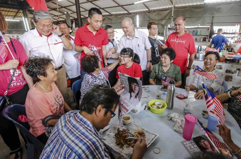 Pakatan Harapan candidate for the Balakong by-election Wong Siew Ki (centre) conducts a walkabout in Kajang August 19, 2018. — Picture by Firdaus Latif