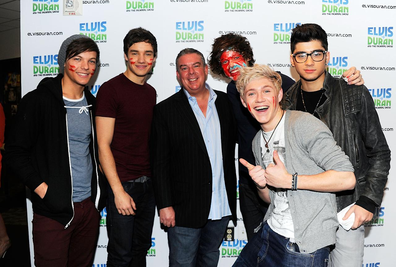 "NEW YORK, NY - MARCH 14: Elvis Duran (center) with One Direction band members (L-R) Louis Tomlinson, Liam Payne, Harry Styles, Niall Horan and Zayn Malik visit ""The Elvis Duran Z100 Morning Show"" at Z100 Studio on March 14, 2012 in New York City. The interview was recorded and aired on March 16, 2012.  (Photo by Andrew H. Walker/Getty Images)"