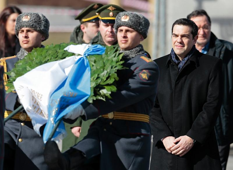 Greek Prime Minister Alexis Tsipras (2ndR) takes part in a wreath-laying ceremony at the Tomb of the Unknown Soldier in Moscow on April 8, 2015 (AFP Photo/Ivan Sekretarev)