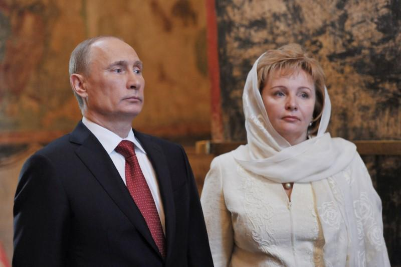 Vladimir Putin (L) and his wife Lyudmila