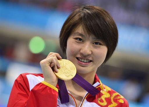 China's gold medalist Liuyang Jiao poses on the podium after the women's 200m butterfly final swimming event at the London 2012 Olympic Games on August 1, 2012 in London. AFP PHOTO / FABRICE COFFRINI