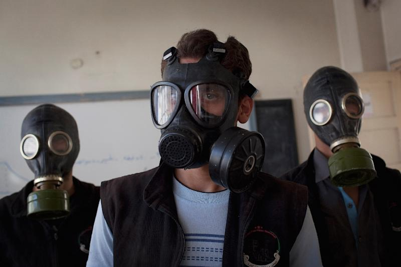 Volunteers wearing gas masks during a class on how to respond to a chemical attack, in the northern Syrian city of Aleppo on September 15, 2013 (AFP Photo/JM Lopez)