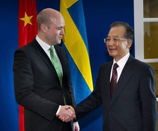 Chinas's Prime Minister Wen Jiabao (R) shakes hands with his Swedish counterpart Fredrik Reinfeldt