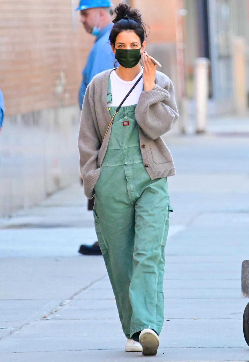 <p>Katie Holmes goes for a solo stroll wearing green overalls and a black mask on Thursday in N.Y.C.</p>