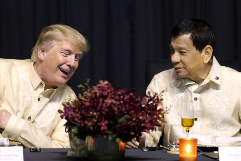 US President Donald Trump (L) has praised Philippines President Rodrigo Duterte's (R) deadly war on drugs