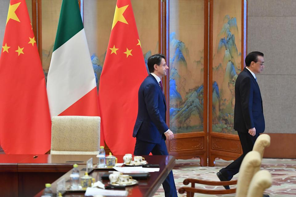 BEIJING, CHINA - APRIL 28: Italian Prime Minister Giuseppe Conte, left, walks with Chinese Premier Li Keqiang after a signing ceremony on April 28, 2019 at the Diaoyutai State Guesthouse in Beijing, China. (Photo by Parker Song-Pool/Getty Images) (Photo: Pool via Getty Images)