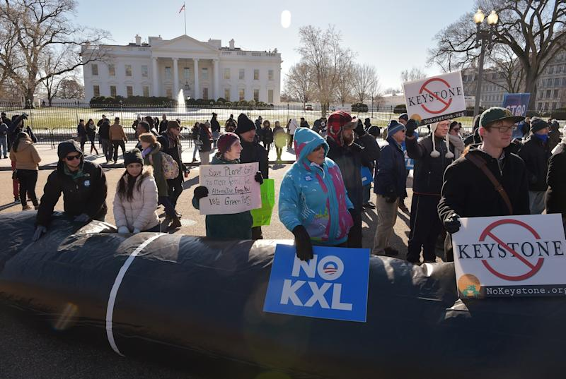 Demonstators take part in a protest outside of the White House against the building of the proposed Keystone XL oil pipeline on January 10, 2015 in Washington, DC (AFP Photo/Mandel Ngan)
