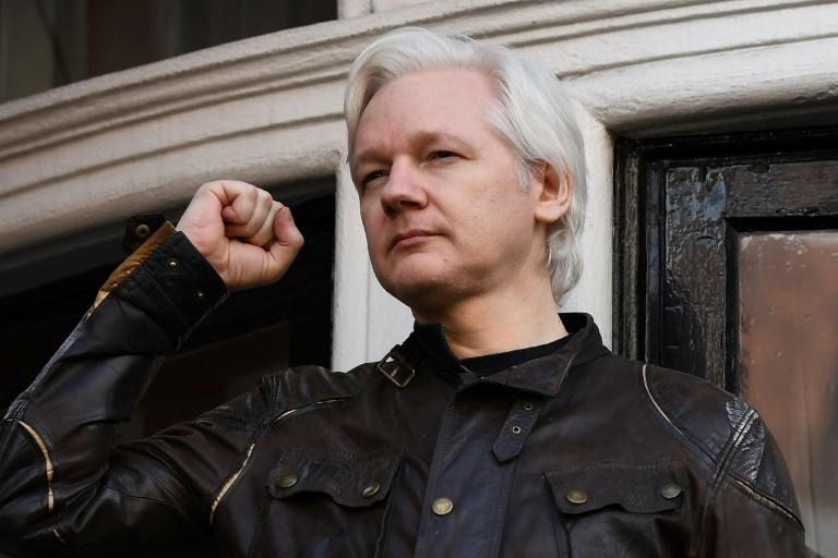 Le fondateur australien de WikiLeaks, Julian Assange, s'adresse à la presse depuis le balcon de l'ambassade d'Equateur à Londres, le 19 mai 2017 founder Julian Assange raising his fist prior to addressing the media on the balcony of the Embassy of Ecuador in London on May 19, 2017.Britain said on January 11, 2018 it has denied a request by Ecuador to issue diplomatic status to WikiLeaks founder Julian Assange, who has been living in the country's London embassy since 2012