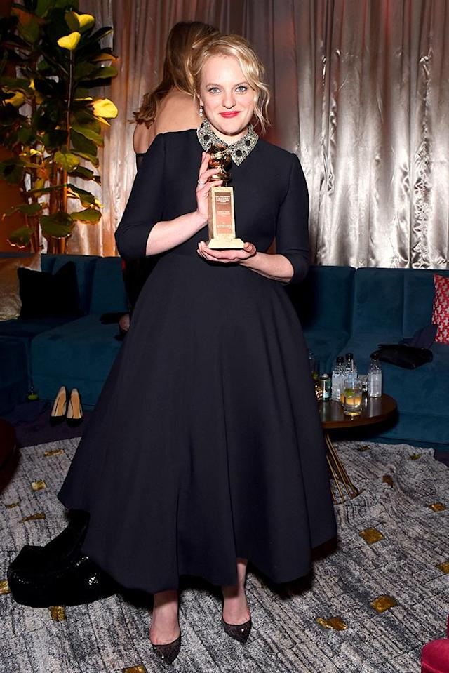 <p>Elisabeth Moss poses with her Golden Globe at the Fox, FX, and Hulu party. (Photo: Presley Ann/Getty Images) </p>