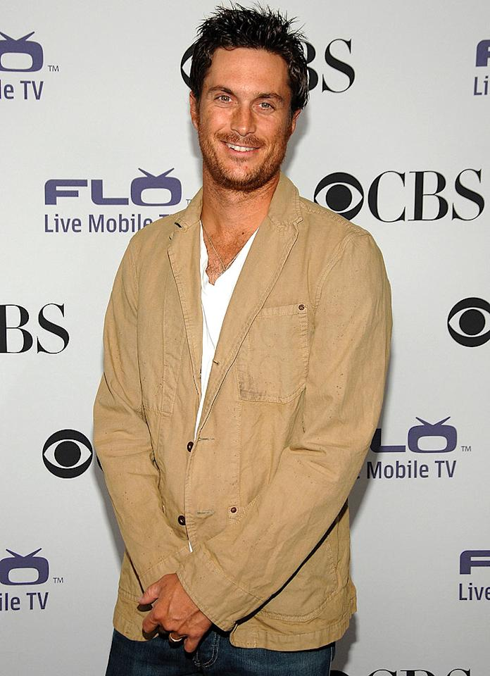 """Rules of Engagement"" hottie Oliver Hudson kept it casual in jeans and a blazer. Jean-Paul Aussenard/<a href=""http://www.wireimage.com"" target=""new"">WireImage.com</a> - September 17, 2008"
