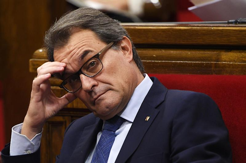 Catalonia's regional president Artur Mas attends a parliamentary session in Barcelona, on October 15, 2014 (AFP Photo/Lluis Gene)