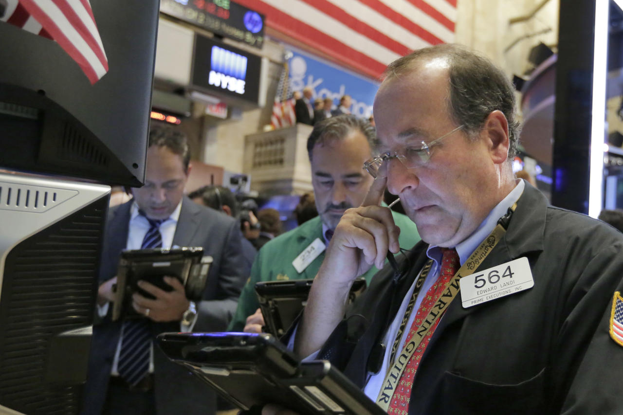 Edward Landi, right, works with fellow traders on the floor of the New York Stock Exchange, Wednesday, July 27, 2016. Stocks are opening higher, led by gains in technology stocks after Apple posted solid quarterly earnings. (AP Photo/Richard Drew)