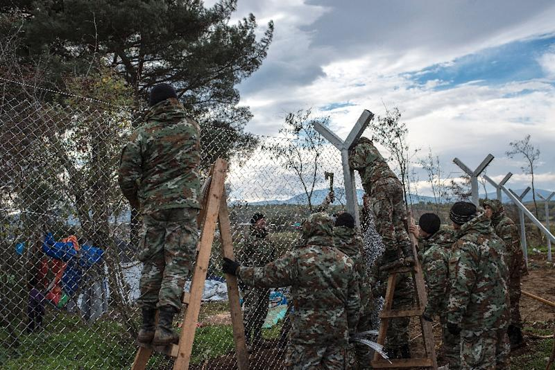 Macedonian soldiers build a border fence to prevent illegal crossings by migrants, on the Greek-Macedonian border near Gevgelija on November 28, 2015 (AFP Photo/Robert Atanasovski)