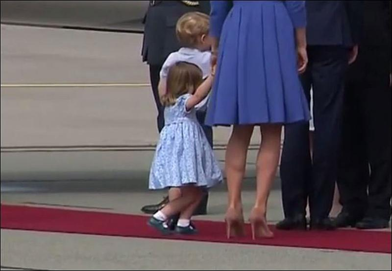 Princess Charlotte's curtsy in 2017 | Source: Elliot Wagland/Twitter