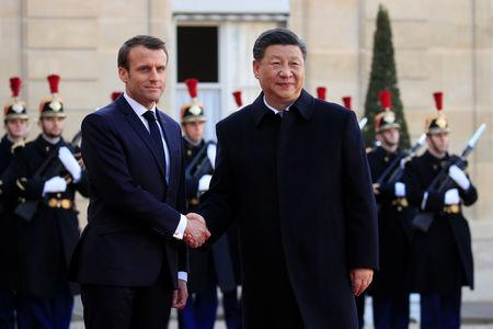 French President Emmanuel Macron welcomes Chinese President Xi Jinping at the Elysee Palace in Paris, France, March 25, 2019.   REUTERS/Gonzalo Fuentes
