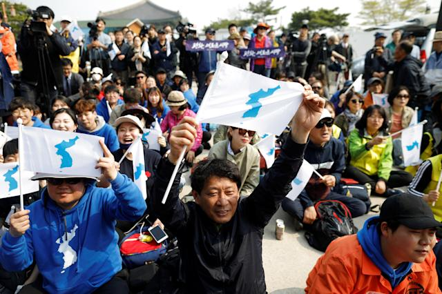 <p>People hold the Korean unification flag during the inter-Korean summit, near the demilitarized zone separating the two Koreas, in Paju, South Korea, April 27, 2018. (Photo: Kim Hong-ji/Reuters) </p>