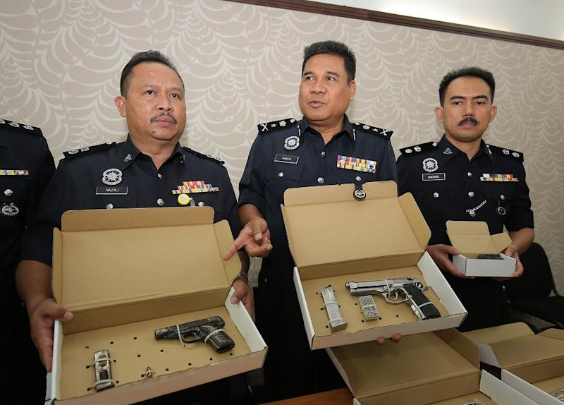 Perak Criminal Investigation Department chief Senior Asst Comm. Yahya Abd Rahman (centre) showing the firerams seized by police while investigating the fatal shooting of a security guard last week. Picture taken in Ipoh September 3, 2018. — Picture by Marcus Pheong
