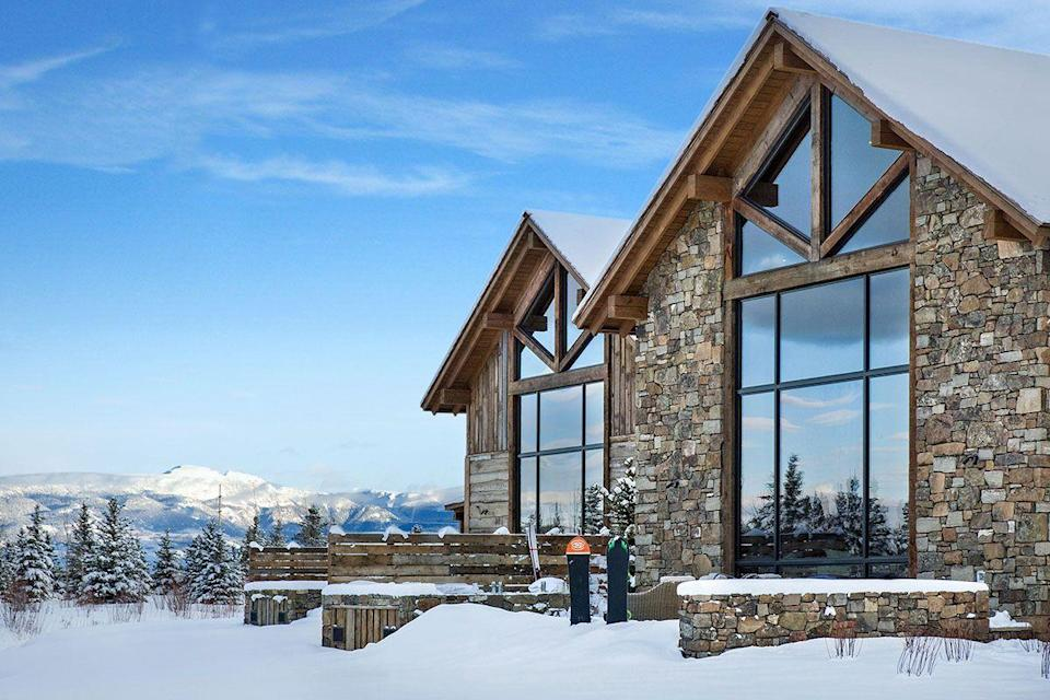 """<p><strong>Sleeps: </strong>10</p><p><strong>Bedrooms: </strong>3</p><p><strong>Why We Love It: </strong>Calling all ski lovers—this snowy chalet is close to <a href=""""https://www.jacksonhole.com/"""" rel=""""nofollow noopener"""" target=""""_blank"""" data-ylk=""""slk:Jackson Hole"""" class=""""link rapid-noclick-resp"""">Jackson Hole</a>, which makes for a fun day trip with your wedding guests. Fish Creek Lodge 8 was designed using rustic and traditional decor elements in a modern way. If you and your loved ones enjoy the snowy outdoors, and you're hoping to wed with snowcaps as your backdrop, this rental is for you. </p><p><a class=""""link rapid-noclick-resp"""" href=""""https://go.redirectingat.com?id=74968X1596630&url=https%3A%2F%2Fwww.airbnb.com%2Fluxury%2Flisting%2F20471213%3Fsource_impression_id%3Dp3_1604935223_9zjxkbWsm230Fil6%26guests%3D1%26adults%3D1&sref=https%3A%2F%2Fwww.harpersbazaar.com%2Fwedding%2Fplanning%2Fg34670031%2Fbest-north-american-airbnbs-for-weddings%2F"""" rel=""""nofollow noopener"""" target=""""_blank"""" data-ylk=""""slk:BOOK"""">BOOK</a></p>"""