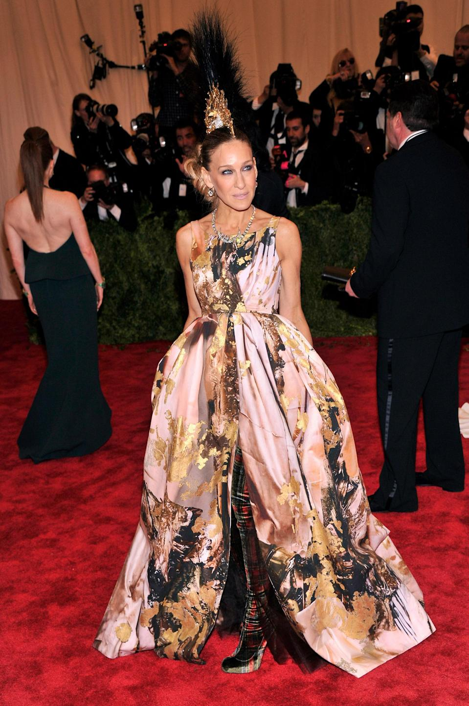 """<h1 class=""""title"""">Sarah Jessica Parker in Phillip Treacy and Giles Deacon, 2013</h1><cite class=""""credit"""">Photo: Getty Images</cite>"""