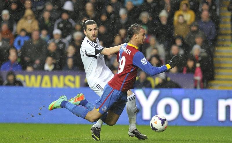 Swansea City' Chico Flores, left, and Crystal Palace's Marouane Chamakh in action during their English Premier League soccer match at the Liberty Stadium, Swansea, Wales, Sunday, March 3, 2014. (AP Photo/PA) UNITED KINGDOM OUT - NO SALES - NO ARCHIVES