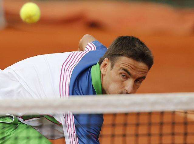 Spain's Tommy Robredo returns the ball to John Isner, of the US, during their third round match of the French Open tennis tournament at the Roland Garros stadium, in Paris, France, Friday, May 30, 2014. (AP Photo/David Vincent)