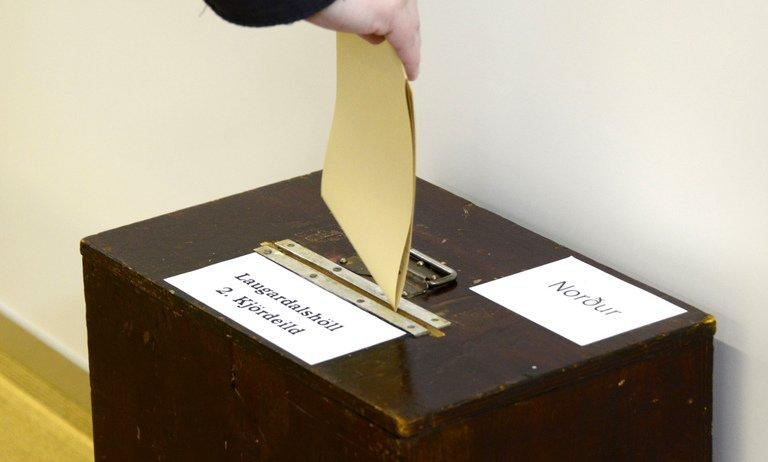 A voter casts his ballot at a polling station in Reykjavík on Saturday. Iceland's centre-right opposition has scored a clear victory in the island's parliamentary poll, allowing the two parties to kick off negotiations for a coalition government, a final count Sunday showed