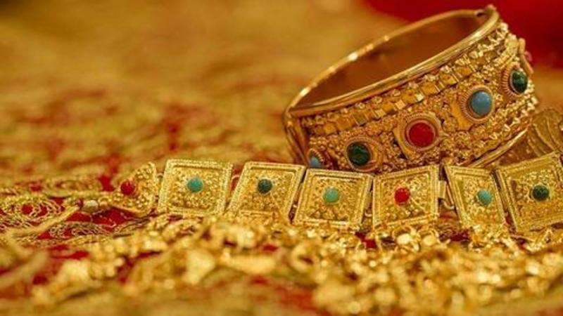 Gold prices continue to drop despite positive global cues