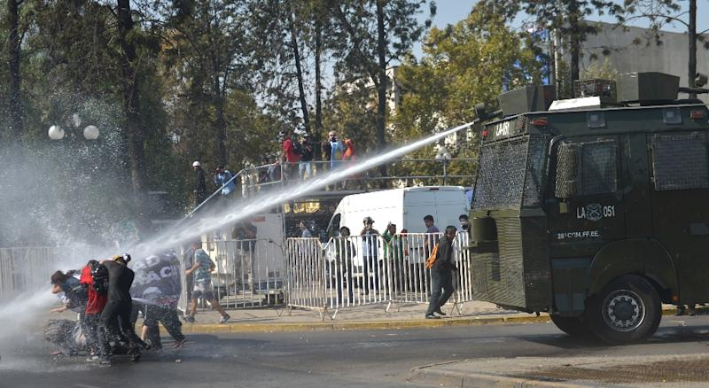 Students clash with riot police during a protest of public education quality in Santiago on April 16, 2015 (AFP Photo/Martin Bernetti)