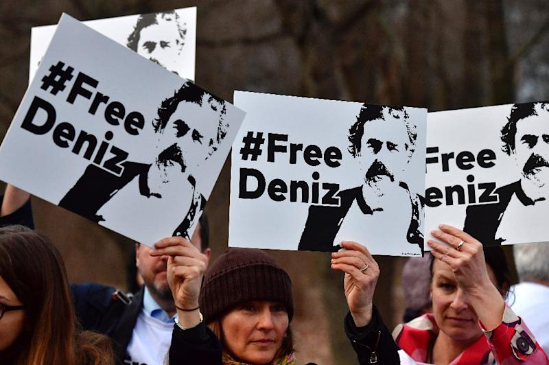 People hold placards with hashtag #FREEDENIZ to protest the detention Die Welt correspondent Deniz Yucel (AFP Photo/John MACDOUGALL)