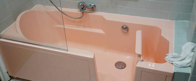 A pink walk-in tub in our apartment in Nice