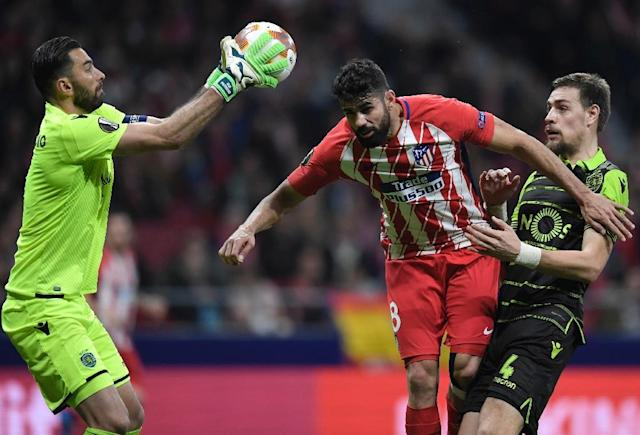 Sporting Lisbon goalkeeper Rui Patricio (L) has walked out of the Portuguese club ahead of an expected move to England's Premier League (AFP Photo/GABRIEL BOUYS )