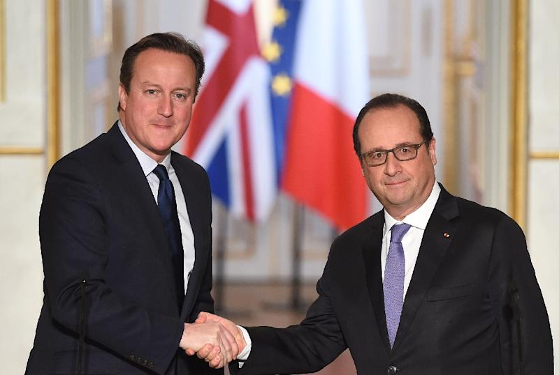 French President Francois Hollande (right) shakes hands with British Prime Minister David Cameron following anti-terror talks at the Elysee Palace in Paris on November 23, 2015 (AFP Photo/Stephane De Sakutin)
