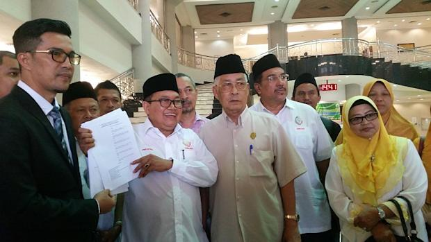 Datuk Ibrahim Ali (second from left) said he is seeking to intervene in a lawsuit that affects the rights of Muslims to obtain knowledge directly from controversial Muslim preacher Dr Zakir Naik, in Kuala Lumpur March 14, 2017 — Picture by by Ida Lim