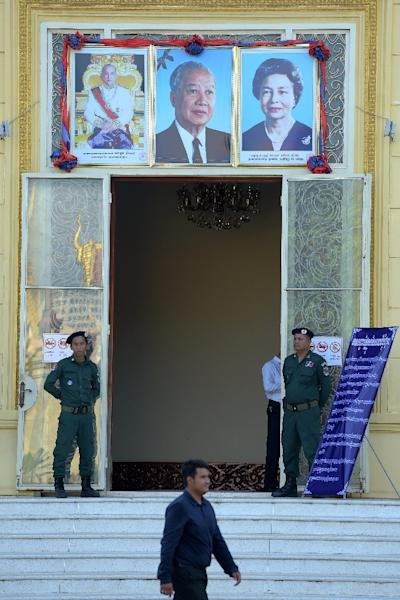 Cambodian police officials stand guard at the entrance of the Supreme Court which outlawed the country's main opposition party (AFP Photo/TANG CHHIN SOTHY)