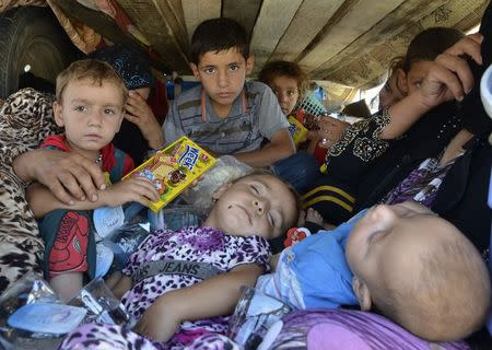 Displaced people, who fled from the violence in the province of Nineveh, arrive at Sulaimaniya province August 8, 2014. REUTERS/Stringer
