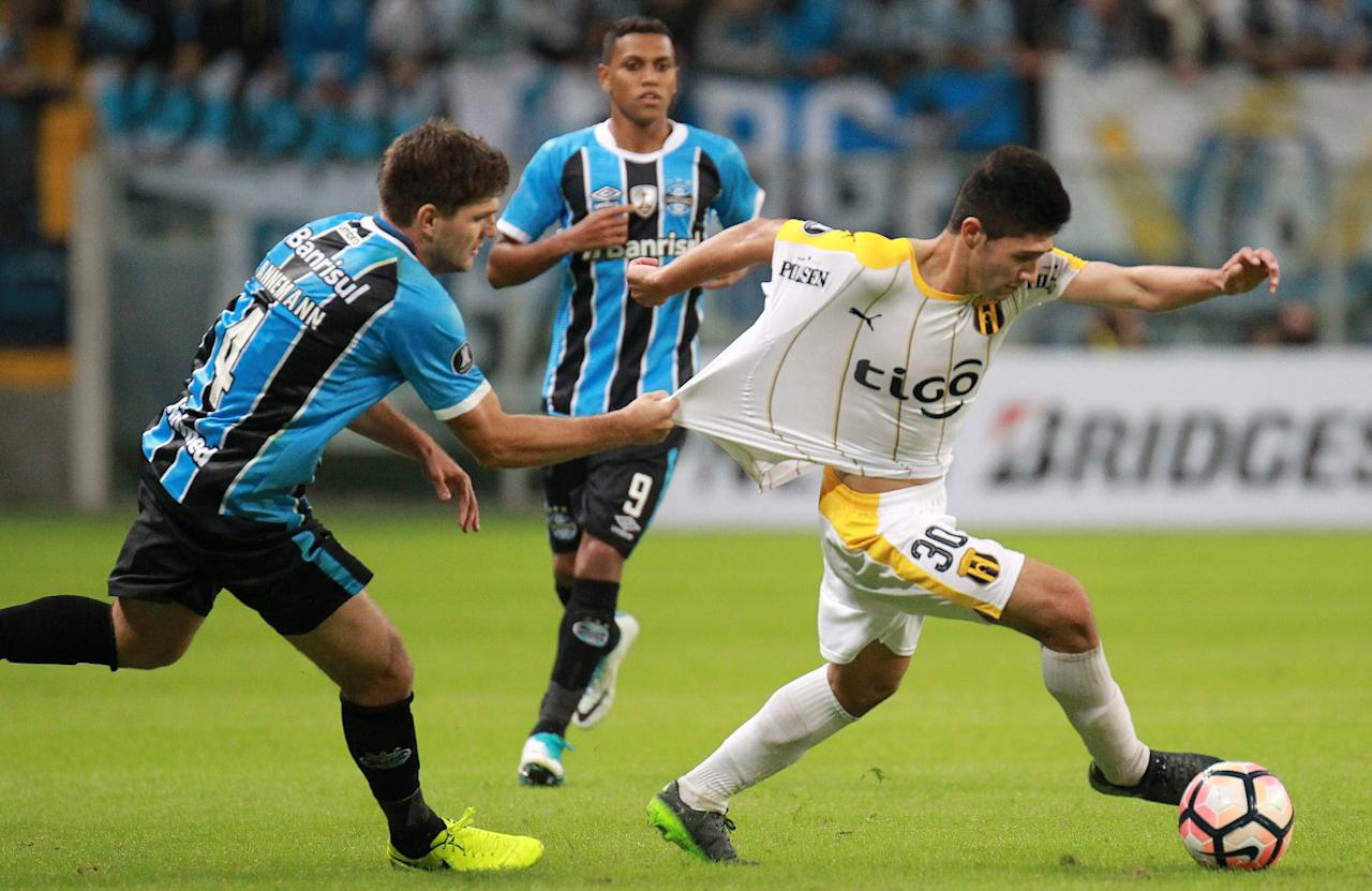 Soccer Football - Copa Libertadores - Brazil's Gremio v Paraguay's Guarani - Arena do Gremio stadium, Porto Alegre, Brazil - 27/4/17 - Antonio Marin (R) of Guarani and Walter Kannemann of Gremio in action.  REUTERS/Diego Vara