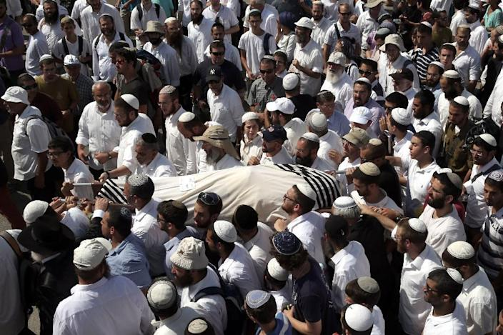 Friends and relatives carry the body of 41-year-old Israeli Nechamia Lavi, who was killed when he rushed to help victims of a knife attack carried out by a Palestinian man, during his funeral ceremony on October 4, 2015 at the Jerusalem cemetery (AFP Photo/Gali Tibbon)