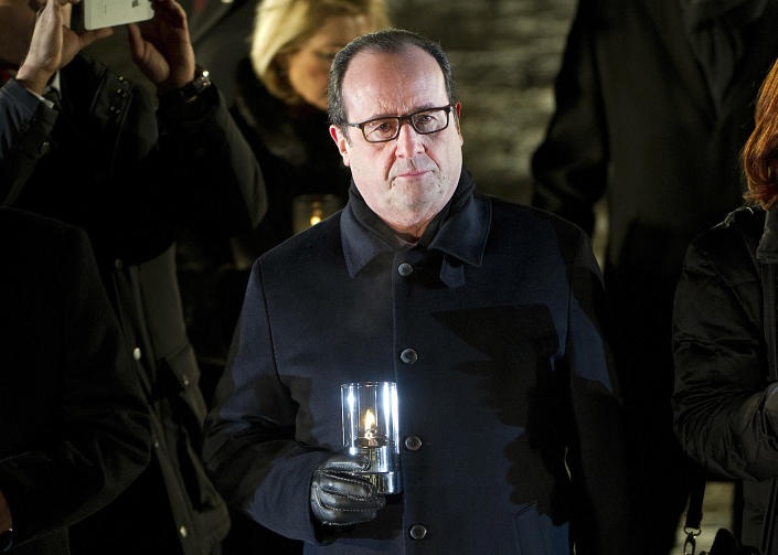 French President Francois Hollande lights a candle in memory of French Jews after the main ceremony to mark the 70th anniversary of the liberation of the death camp on January 27, 2015 at the former Nazi concentration camp Auschwitz-Birkenau (AFP Photo/Alain Jocard)
