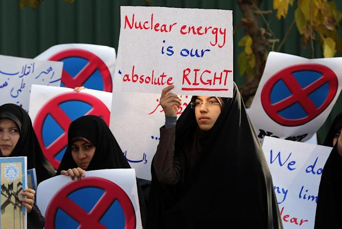 An Iranian student holds a placard during a demonstration supporting Iran's nuclear programme outside the Tehran Research Reactor on November 23, 2014 (AFP Photo/Atta Kenare)