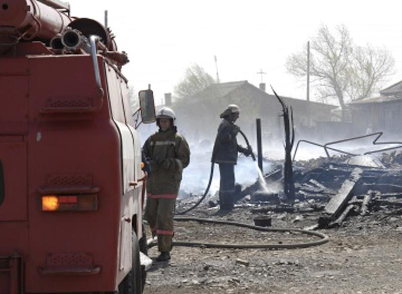 This photo obtained from Russia's Emergency Ministry on April 12, 2015 shows firefighters extinguishing a fire in the region of Khakassia in southeastern Siberia (AFP Photo/)