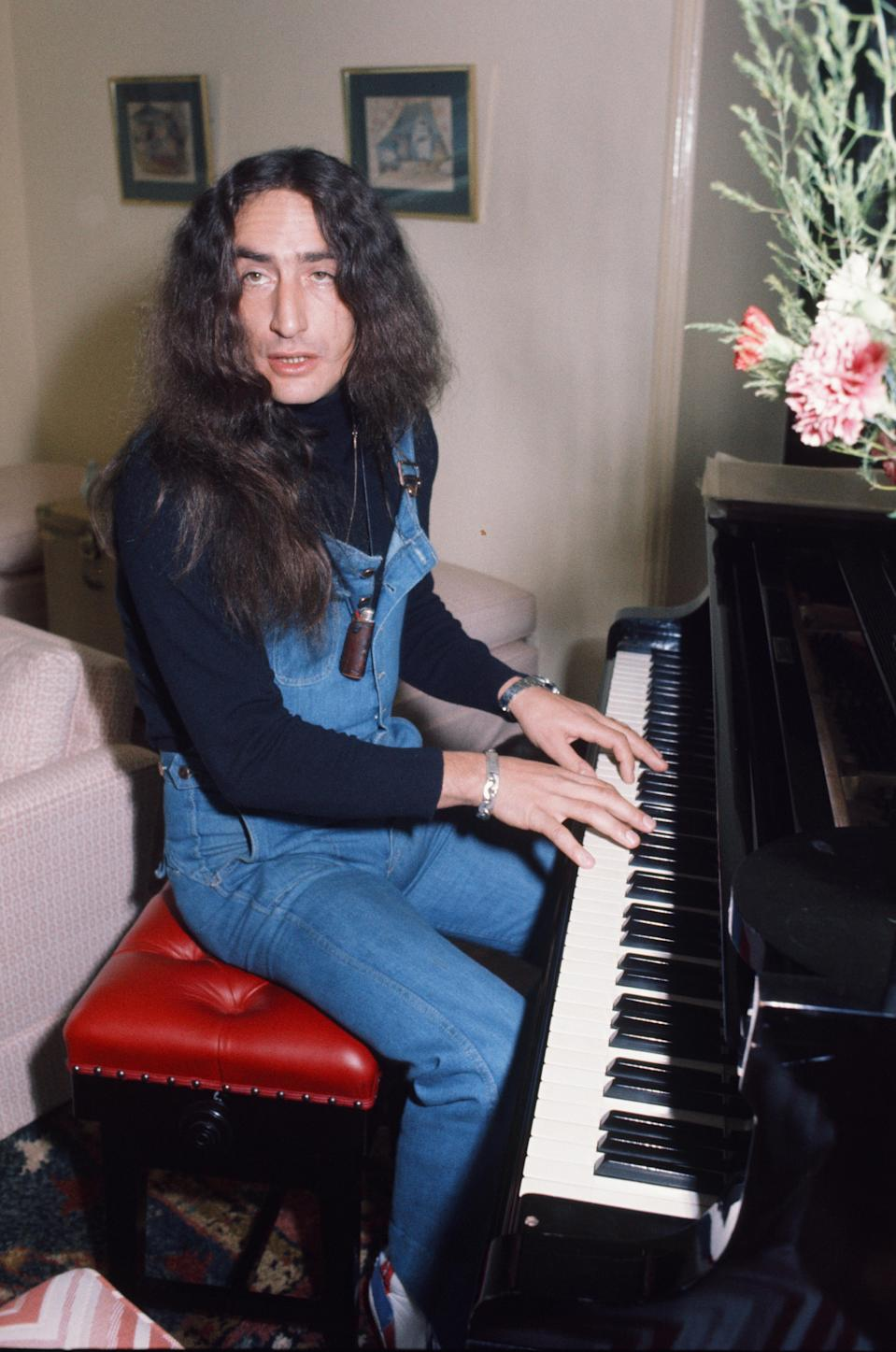 Ken Hensley of Uriah Heep playing piano at home,1977. (Photo by Koh Hasebe/Shinko Music/Getty Images)