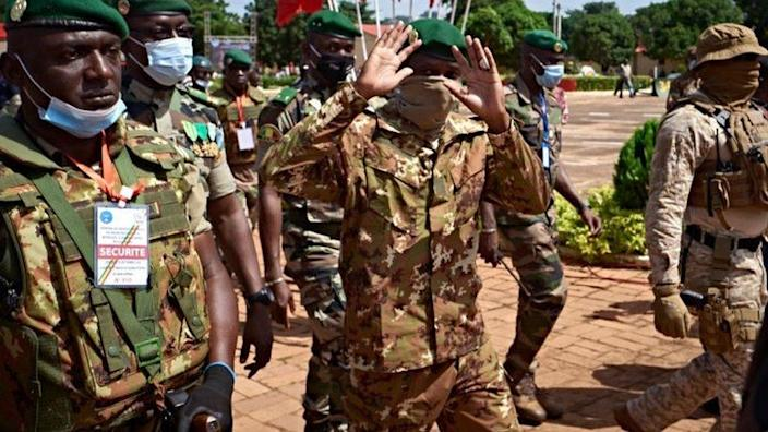 Colonel Assimi Goita (C), president of CNSP (National Committee for the Salvation of People) greets invited people at the ceremony of the 60th anniversary of Mali's independence in Bamako, on September 22, 2020